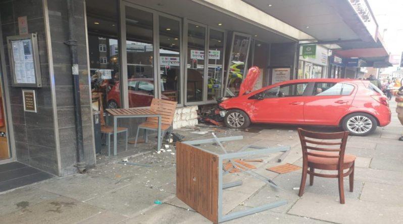 Общество: Во время обеденного перерыва в окно паба Wetherspoons врезался автомобиль: 2 человека пострадали