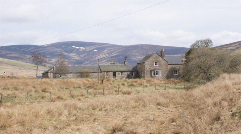 Недвижимость: Вы можете арендовать этот фермерский домик всего за £1 в год, но есть подвох