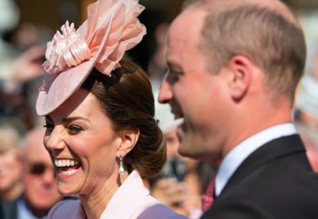 Общество: Кейт Миддлтон и принц Уильям разослали фанатами открытки с новым фото принца Луи