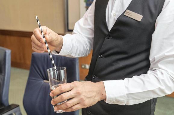 Общество: В Великобритании запретили пластиковые соломинки и мешалки для напитков