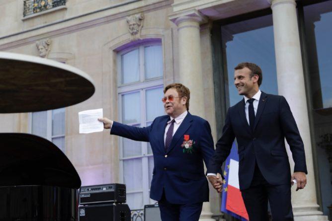 Общество: Эммануэль Макрон вручил Элтону Джону высшую награду Франции