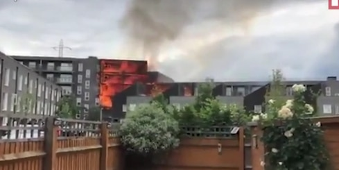 Видео: 100 пожарных пытаются потушить горящий 7-этажный дом в Лондоне