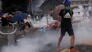 Общество: Столкновения в Гонконге: полиция стреляет по демонстрантам резиновыми пулями