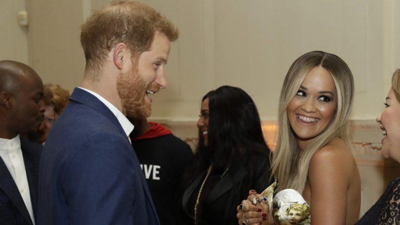 Общество: Пока Меган в декрете: принц Гарри побывал на вечеринке вместе с Ритой Орой