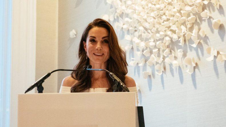 Общество: В белом платье с обнаженными плечами: Кейт Миддлтон поразила новым выходом