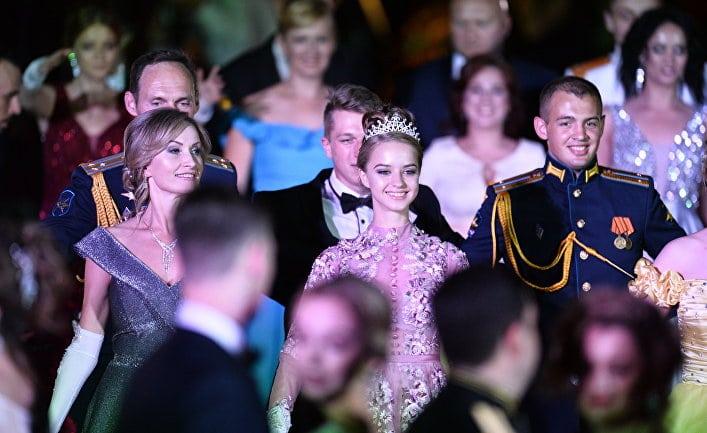 Общество: Daily Mail (Великобритания): сотни морских офицеров с нарядно одетыми дамами приняли участие в ежегодном Севастопольском балу, посвященном пятой годовщине возвращения Крыма в Россию