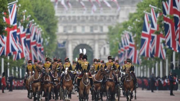 Без рубрики: Парад, салют и толпы зевак: как в Лондоне отметили день рождения Елизаветы ІІ, фото