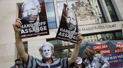 Сторонники WikiLeaks на акции протеста у здания суда в Лондоне.