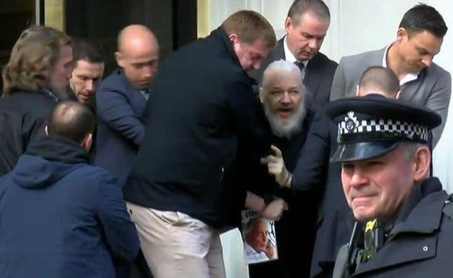 США направили Великобритании запрос об экстрадиции Ассанжа — СМИ