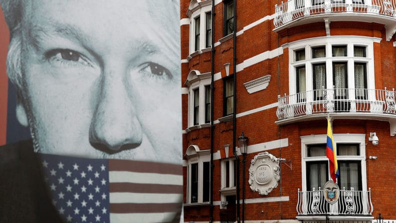 Общество: Глава МВД Британии подписал запрос США на выдачу Ассанжа