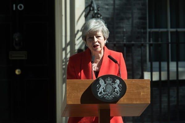 Общество: Тереза Мэй подала в отставку с поста главы Консервативной партии