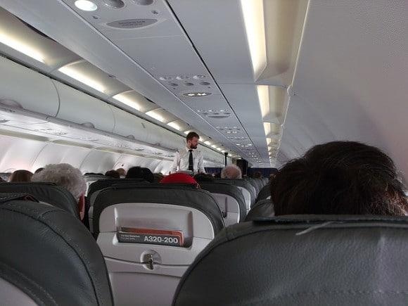 Общество: В Британии пассажирка сорвала рейс, открыв аварийный выход вместо туалета