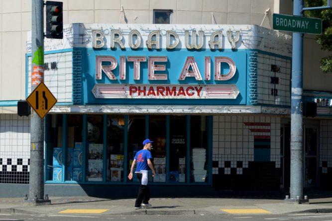 Общество: В США Amazon начал доставлять товары в пункты выдачи в аптечной сети
