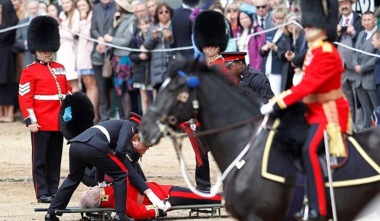 Лошадь сбросила гвардейца во время парада в Лондоне в честь дня рождения Елизаветы II