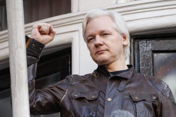Общество: СМИ сообщили, что США отправили запрос в Великобританию об экстрадиции Ассанжа
