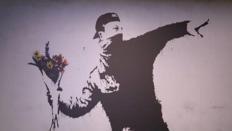 Общество: Лондонский Хитроу стал местом для новой работы Бэнкси