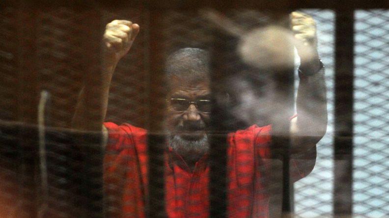 Общество: Правозащитники настаивают на подробном расследовании смерти бывшего президента Египта