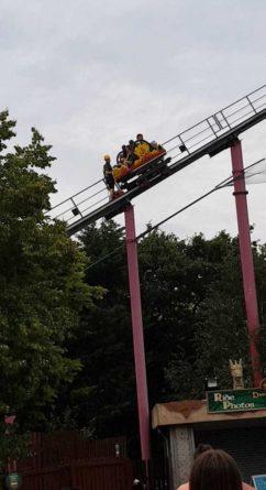 Происшествия: Дети застряли на вершине аттракциона в Британии.