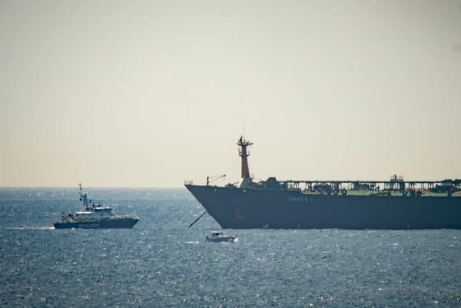 Общество: Иранского дипломата вызвали в МИД Великобритании из-за задержанного танкера