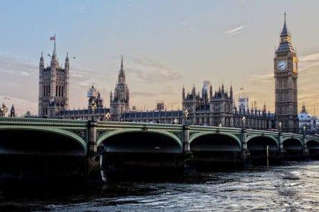 """Происшествия: Великобритания продает """"золотые визы"""" миллиардерам из России и Китая"""