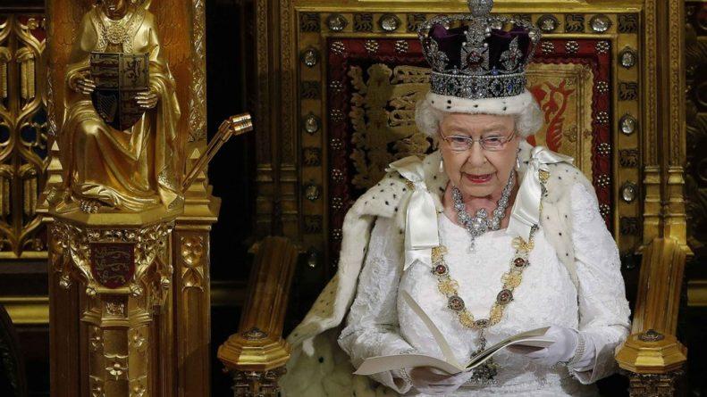 Общество: Королеву Великобритании хотят заставить править. Такого небыло 88 лет