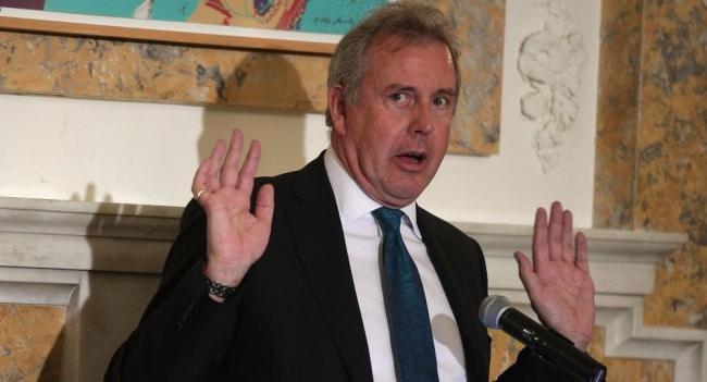 Политика: Посол Британии в США Дэррок уходит со своего поста из-за скандала Трампом