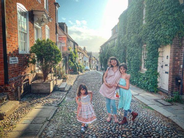 Знаменитости: Беременная Милла Йовович отправилась в путешествие по Англии с семьей