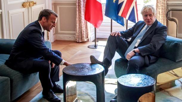 Общество: Премьер Британии Джонсон закинул ногу на стол во время переговоров с Макроном. Фотофакт