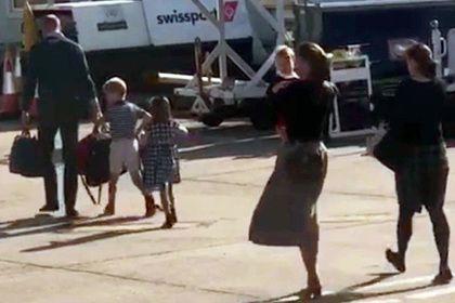 Без рубрики: Кейт Миддлтон полетела дешевыми авиалиниями из-за расточительности Меган Маркл