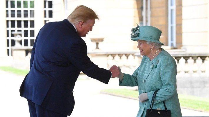 Общество: Елизавета II пожаловалась на испорченный вертолетом Трампа газон