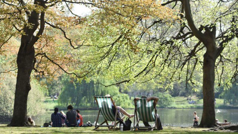 Жителей восточных районов Англии просят избегать палящего солнца