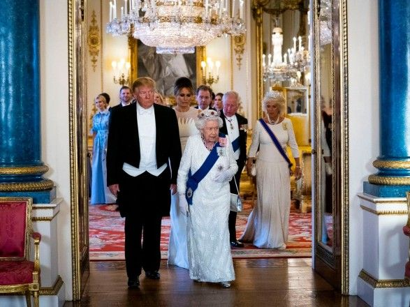 Знаменитости: Королева Елизавета II о визите Трампа: посмотрите на мою лужайку, она испорчена