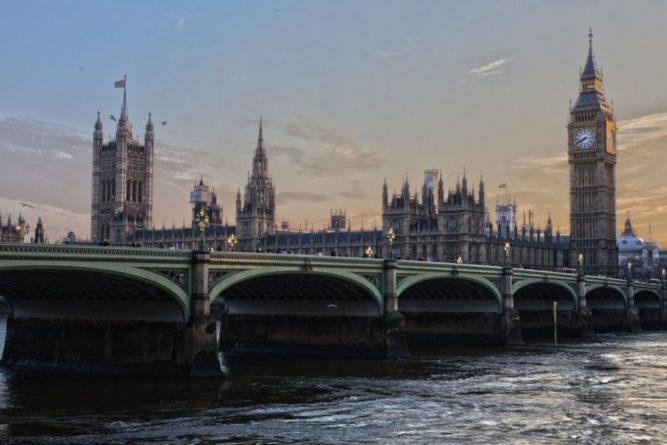 Общество: Политолог оценил возможности британцев изменить решение о работе парламента