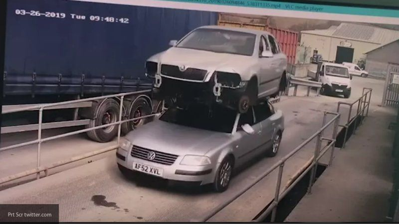 Полицейские оштрафовали британца за перевозку автомобиля на крыше своей машины