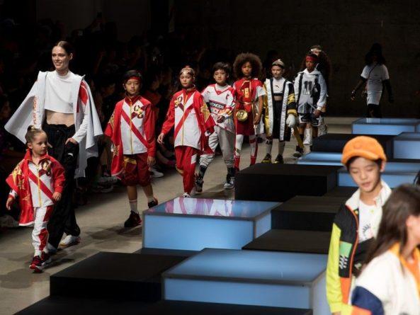 Общество: Девочка с ампутированными ногами прошла по подиуму в Нью-Йорке