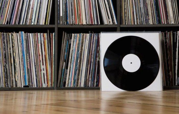 Общество: Виниловые пластинки могут обогнать по продажам CD-диски впервые за 30 лет