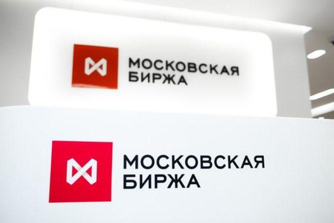 Общество: Курс доллара упал ниже 64 рублей впервые с 1 августа