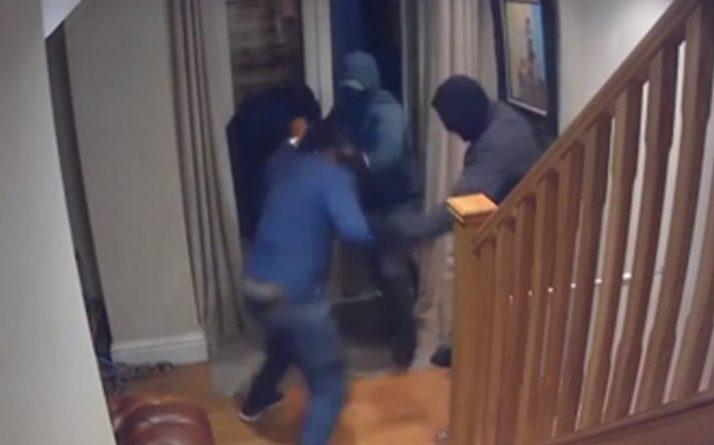 Общество: Видео: мужчина голыми руками отбился от трех вооруженных грабителей