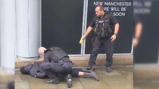 Общество: Видео задержания преступника, напавшего с ножом в Манчестере