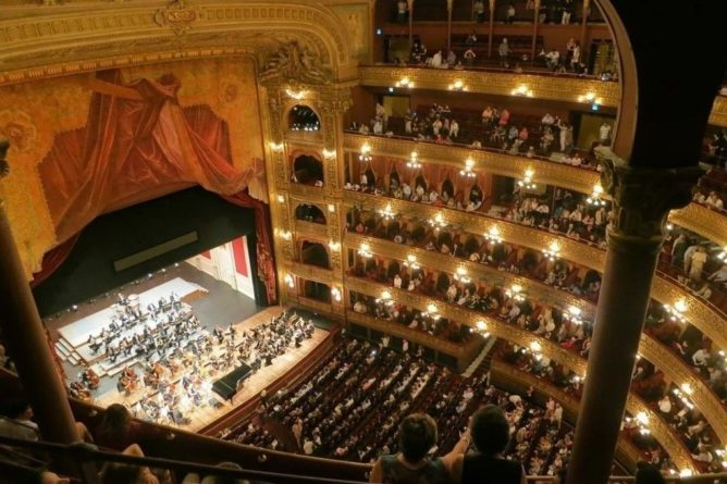 Общество: Ученые признали походы в театр способом продления жизни