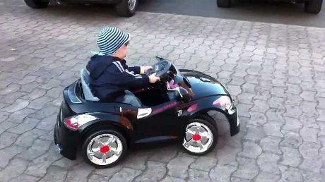 Общество: Трехлетний малыш ехал по шоссе на детской машинке к врачам, чтобы спасти своего отца (ФОТО)