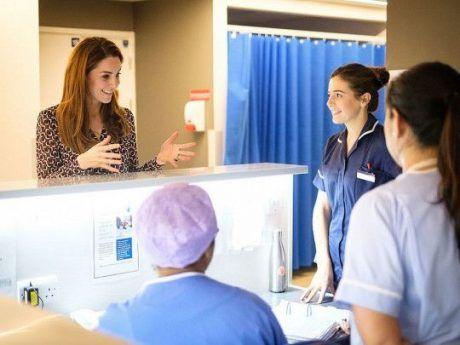Общество: В Сети появились яркие снимки Кейт Миддлтон, проходящей «практику» в родильном отделении (ФОТО)