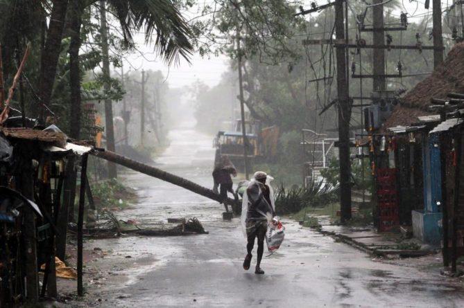 """Общество: На Индию обрушился мощный ураган: появились видео """"апокалипсиса"""""""