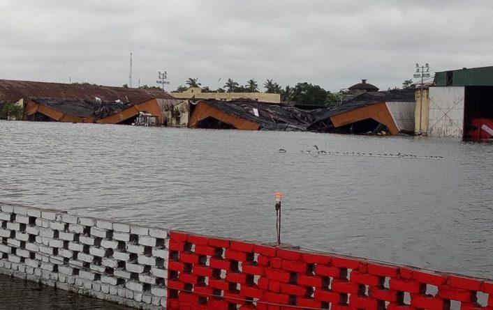 Общество: Тропический шторм в Индии разрушил тысячи домов, погибли десятки человек