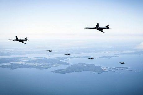Общество: Американские бомбардировщики Rockwell B-1 Lancer впервые пролетели над Швецией