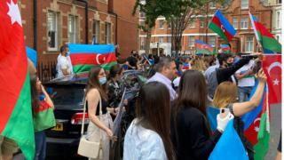 Общество: Лондон: драка на акции протеста азербайджанцев у посольства Армении