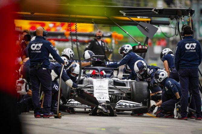 """Общество: Российский гонщик разбил машину на """"Формуле-1"""" в Великобритании"""