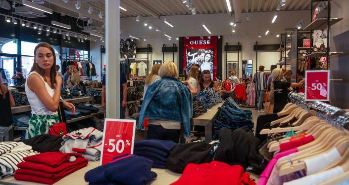 Общество: Латвия превращается в мусорный полигон для старой одежды из Англии