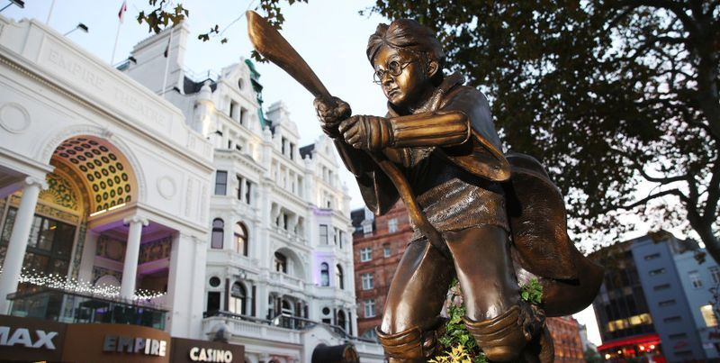 Общество: В центре Лондона возвели памятник мальчику со шрамом - Гарри Поттеру - ТЕЛЕГРАФ