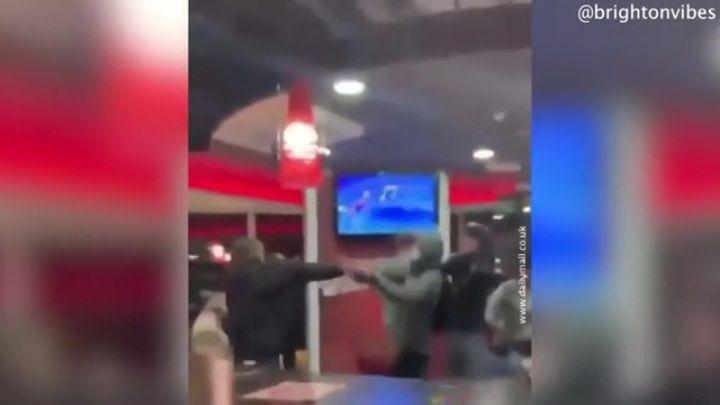 Общество: 15 подростков устроили драку в ресторане Burger King в Великобритании